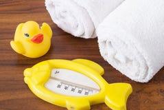 Badhanddoeken en Geel rubber duckies royalty-vrije stock afbeelding