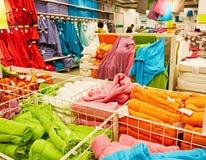 Badhanddoeken in supermarkt Stock Afbeeldingen