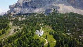 Badia, Alto Adige, νότιο Τύρολο, Ιταλία Εναέριο τοπίο κηφήνων της εκκλησίας Santa Croce και της λάρνακάς του απόθεμα βίντεο