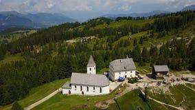 Badia, Alto Adige, νότιο Τύρολο, Ιταλία Εναέριο τοπίο κηφήνων της εκκλησίας Santa Croce και της λάρνακάς του φιλμ μικρού μήκους