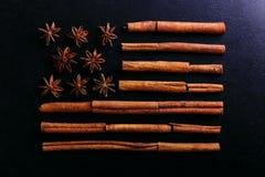 Badian i cynamon w formie flagi amerykańskiej Fragrant pikantność dla kawowego napoju, w górę, pojęcia americano obrazy stock