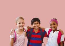 Badine des amis ensemble dans la pièce rose vide Photographie stock