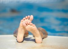 Badine des pieds dans la piscine Photographie stock libre de droits