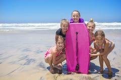 Badine jouer à la plage ensemble tandis que des vacances Photo stock