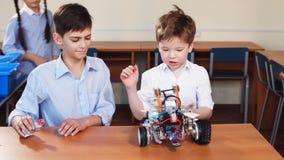 Badine jouer avec le robot électrique tout en visitant l'exposition de robotique banque de vidéos