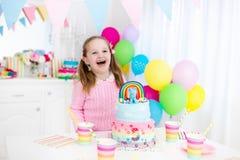 Badine la fête d'anniversaire avec le gâteau Images stock