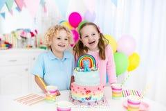 Badine la fête d'anniversaire avec le gâteau Image libre de droits