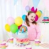 Badine la fête d'anniversaire avec le gâteau Images libres de droits