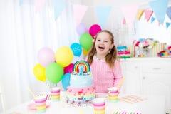 Badine la fête d'anniversaire avec le gâteau Photo stock