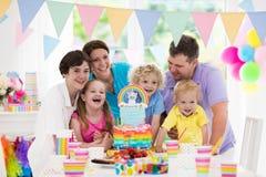 Badine la fête d'anniversaire Célébration de famille avec le gâteau Image stock