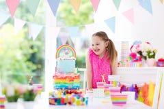 Badine la fête d'anniversaire Petite fille avec le gâteau Image libre de droits