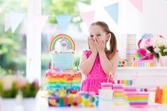 Badine la fête d'anniversaire Petite fille avec le gâteau Images stock