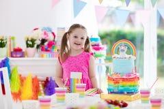 Badine la fête d'anniversaire Petite fille avec le gâteau Images libres de droits