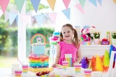 Badine la fête d'anniversaire Petite fille avec le gâteau Photo stock