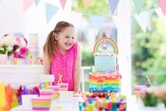 Badine la fête d'anniversaire Petite fille avec le gâteau Photographie stock