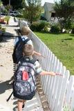 Badine la marche à la maison de l'école Images stock