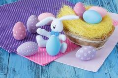 Badine la scène de Pâques avec les oeufs colorés Photo stock