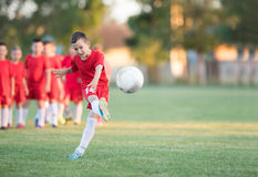Badine le football du football - joueurs d'enfants s'exerçant avant match Photographie stock