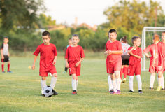 Badine le football du football - joueurs d'enfants s'exerçant avant match Image stock
