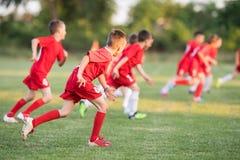 Badine le football du football - joueurs d'enfants s'exerçant avant match Photographie stock libre de droits