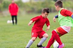 Badine le football du football - les joueurs d'enfants sont assortis sur le terrain de football Images stock