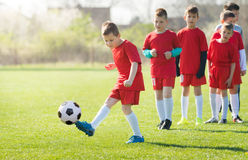 Badine le football du football - les joueurs d'enfants sont assortis sur le terrain de football Image stock