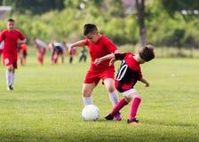 Badine le football du football - les joueurs d'enfants sont assortis sur le terrain de football Photo stock