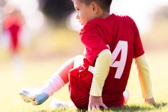 Badine le football du football - les joueurs d'enfants sont assortis sur le terrain de football Photographie stock libre de droits