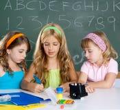 Badine le groupe de filles d'étudiant à la salle de classe d'école Images stock