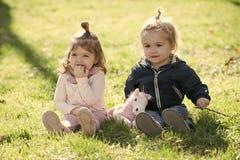 Badine le jour heureux d'enyoj La soeur et le frère jouent avec le cheval de jouet le jour ensoleillé Images libres de droits