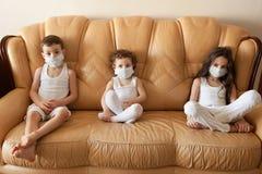 Badine le masque médical de grippe d'enfants épidémiques de médecine Image libre de droits