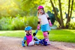 Badine le patinage de rouleau en parc d'été Photographie stock libre de droits