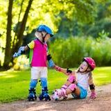 Badine le patinage de rouleau en parc d'été Image stock