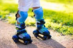 Badine le patinage de rouleau en parc d'été Images libres de droits