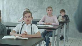 Badine le professeur de applaudissement dans la classe banque de vidéos