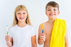 Badine les dents de brossage photo libre de droits
