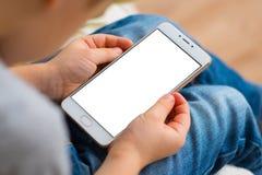 Badinez à l'aide de l'écran blanc de smartphone pour la moquerie pendant un jour ensoleillé au parc Photos libres de droits