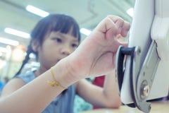 Badinez à l'aide du comprimé sur la salle de classe, en se concentrant sur la main et le comprimé Photos libres de droits