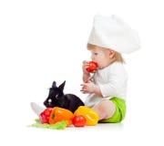 Badinez dans le chapeau de chef avec la nourriture et le lapin sains image stock