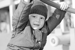 Badinez dans une jupe un automne de la cour de jeu des enfants photographie stock