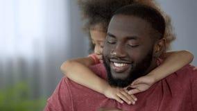 Badinez embrasser son père aimé avec la tendresse, la protection et la fiabilité photos libres de droits