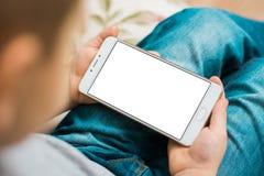 Badinez en épuisant le smartphone de garçon pendant un écran blanc de jour ensoleillé pour la moquerie Images libres de droits