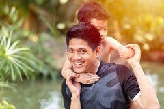Badinez et engendrez jouer ensemble le sourire heureux de bonnes relations photo libre de droits