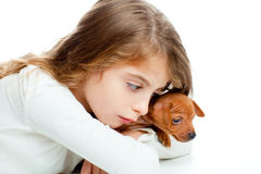 Badinez la fille avec le mini crabot de mascotte d'animal familier de pinscher Photo stock