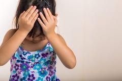 Badinez le fond/enfant déçus déçus/enfant exprime la déception Photo stock
