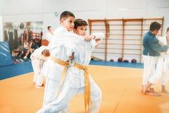 Badinez le judo, art martial de la formation des enfants dans le hall image libre de droits
