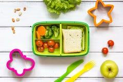 Badinez le panier-repas de menu pour la vue supérieure d'école sur le fond en bois photographie stock