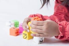 Badinez le plug and play de mains du ` s que les alphabets joue Image libre de droits