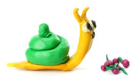 Badinez le ` s modelant l'escargot d'argile d'isolement sur le fond blanc Photo stock
