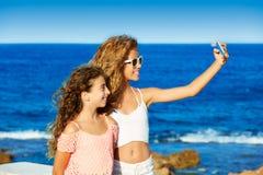 Badinez le selfie de l'adolescence de photo de filles d'ami sur la plage Image libre de droits